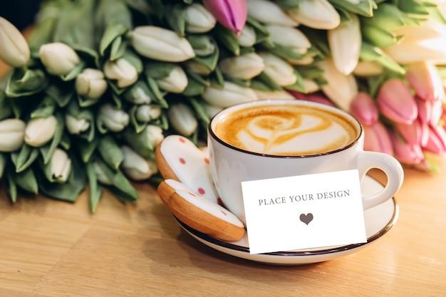 ビジネスカードとコーヒーのカップ