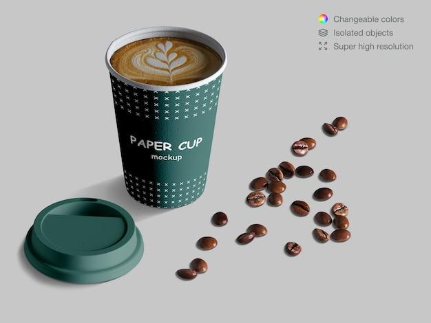 コーヒー豆と現実的な等尺性コーヒーカップのモックアップ