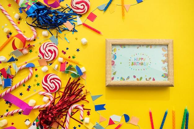 Концепция дня рождения с рамкой и конфетами