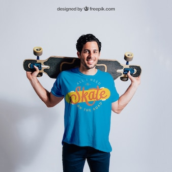 Счастливый конькобежец позирует с скейтбордом