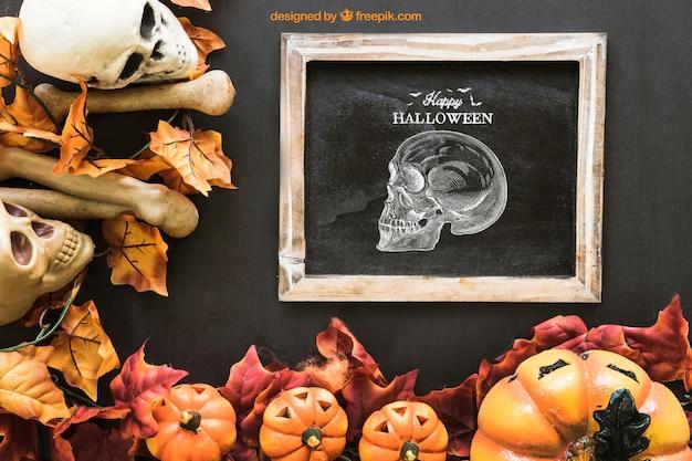 秋の葉と頭蓋骨とハロウィーンのスレートモックアップ