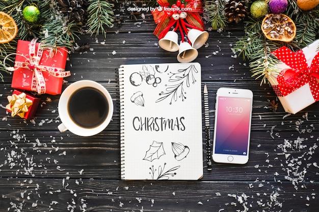 Макет ноутбука и смартфонов с рождественским дизайном