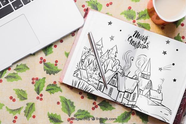 開いた本を持つクリスマスモックアップ
