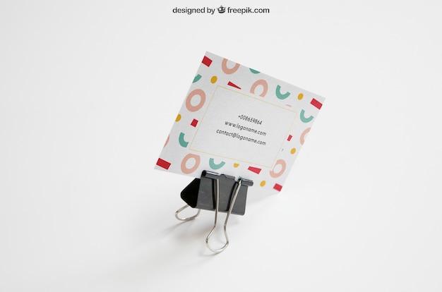 ビジネスカードを保持しているブラケット付きの文房具モックアップ