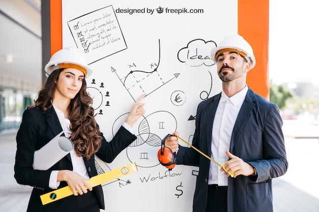 建築家のカップルとビジネスモックアップ