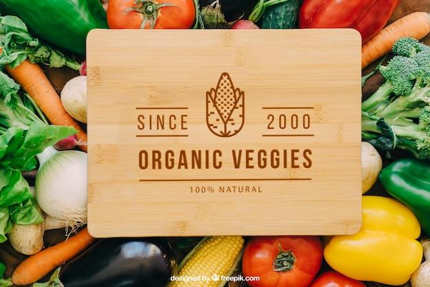 野菜デザインの木製テーブルモックアップ