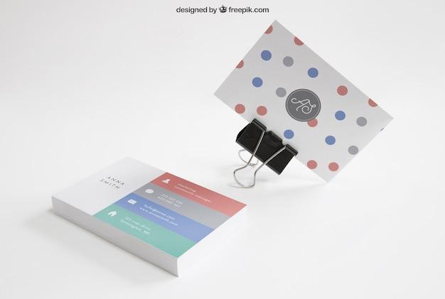 Макет визитной карточки с зажимом и стопкой
