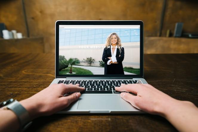 Макет ноутбука с руками