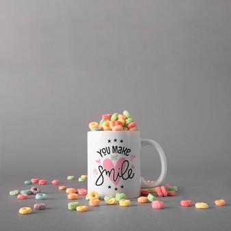 カラフルな穀物のマグカップ