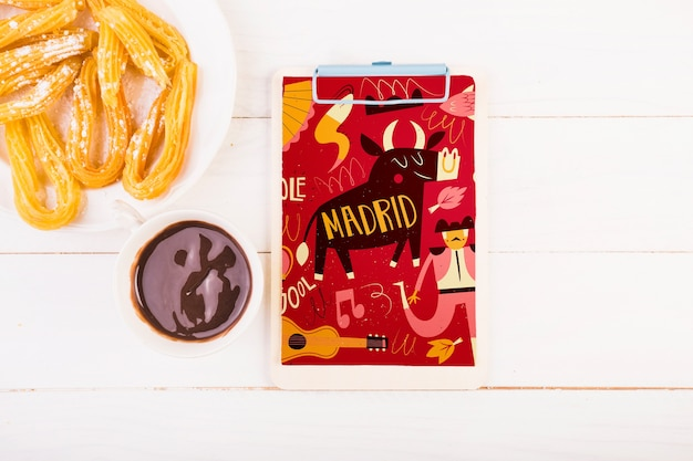 クリップボードと伝統的なスペインの食品モックアップ