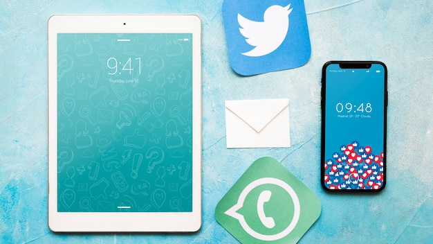 Макет смартфона и планшета с концепцией электронной почты