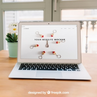 Концепция домашнего офиса с ноутбуком на столе