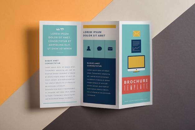現代的な三つ組のパンフレットのモックアップ