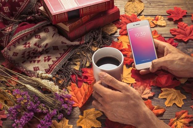 秋のコンセプトのスマートフォンモックアップ