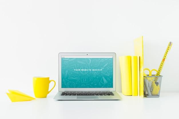 Макет ноутбука для презентации веб-сайта с концепцией «назад в школу»