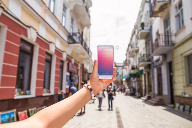 忙しい街のスマートフォンモックアップ