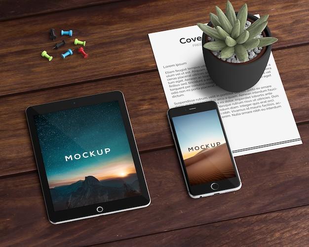 Концепция канцелярских товаров с макетами планшета и смартфона