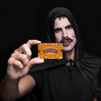 吸血鬼の名刺を提示する