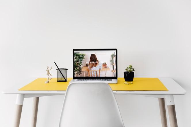 Макет веб-сайта с ноутбуком на столе
