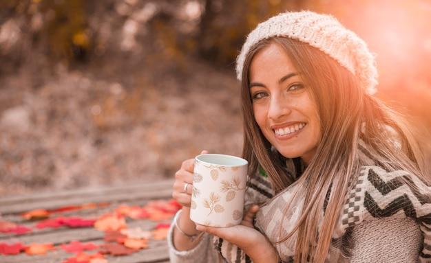Осенняя концепция с женщиной, держащей кружку