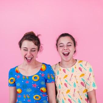 若い女の子とシャツモックアップ
