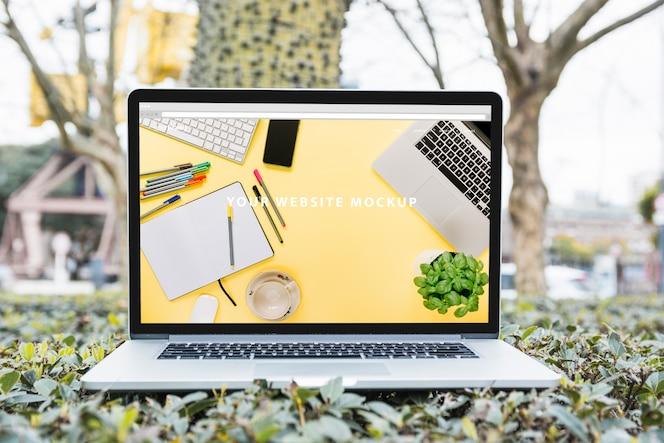 Макет ноутбука на открытом воздухе