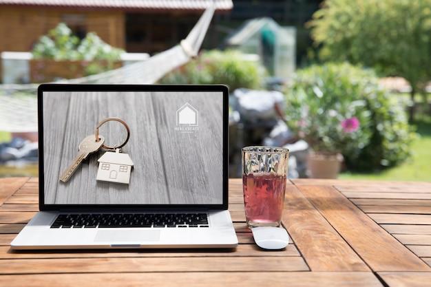 屋外でのノートパソコンのモックアップ