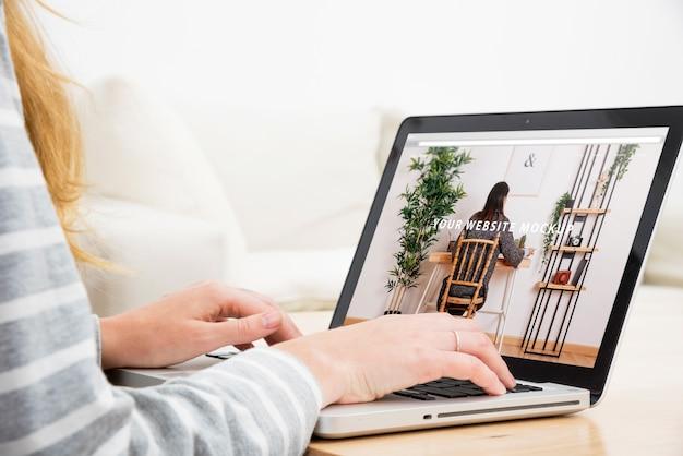 家庭で働く女性とのノートパソコンのモックアップ
