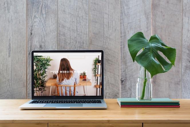 Макет ноутбука на столе с растениями