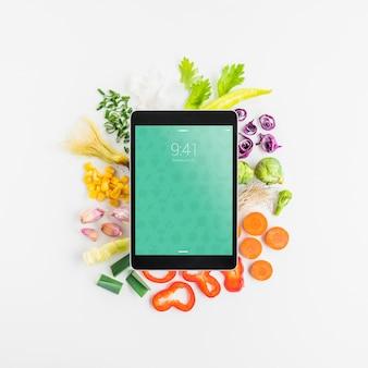 健康的な食べ物の概念とタブレットの模擬