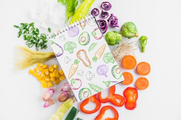 健康的な食べ物の概念とメモ帳の模造