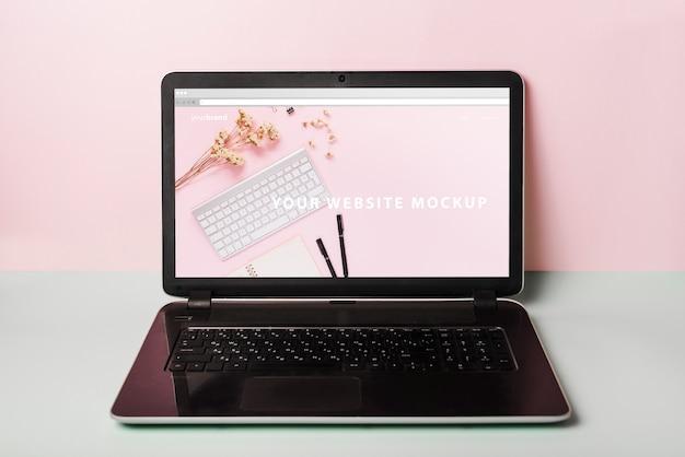 装飾的なノートパソコンのモックアップ