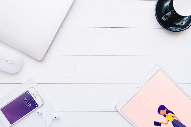 創造性やワークスペースのコンセプトを持つさまざまなデバイスのモックアップ