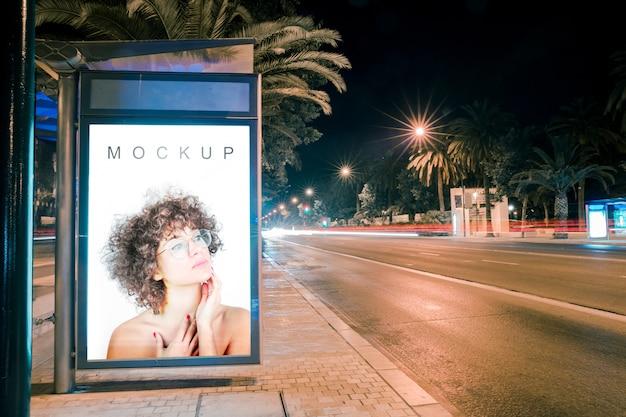 夜のバス停でのビルボードモックアップ