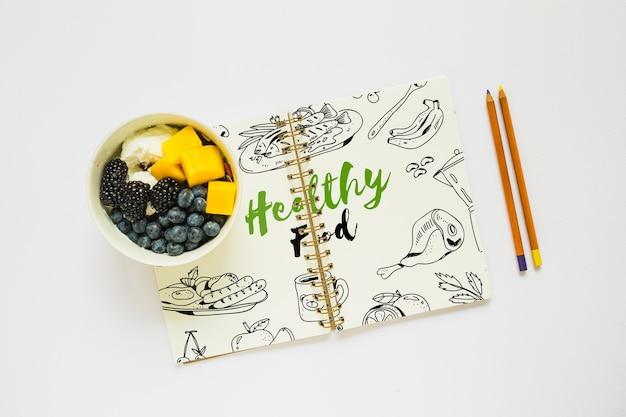 健康的な食べ物のコンセプトでブックモックアップ