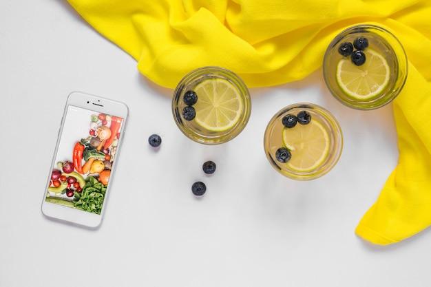 スマートフォンモックアップと健康食品コンセプト