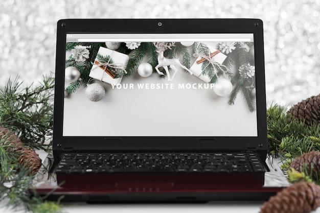 クリスマスコンセプトのラップトップモックアップ