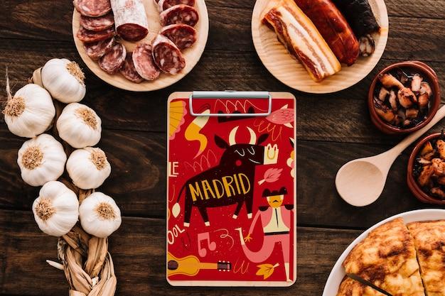 伝統的なスペイン料理とクリップボードモックアップ