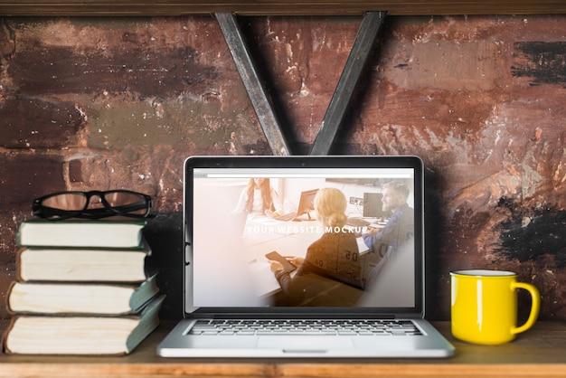 ノートパソコンのモックアップ付きの静物