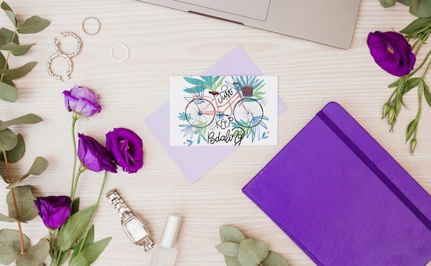 花の装飾と紙カードの模造