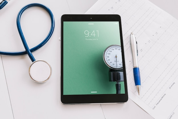 Таблетный макет с медицинскими элементами