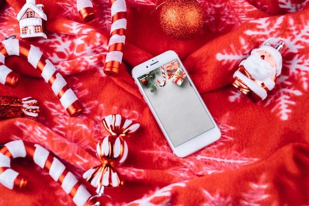 クリスマスの要素を持つスマートフォンモックアップ