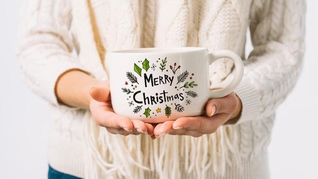 Женщина с чашкой макета с рождественские концепции