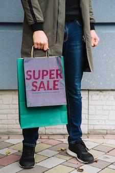 都市のショッピングバッグを持つ男