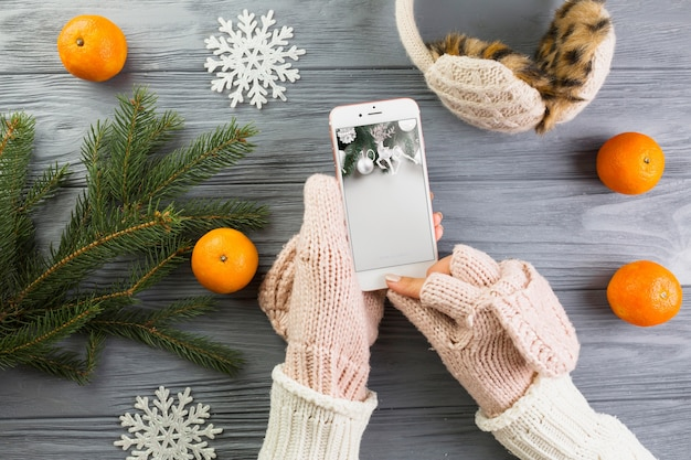 クリスマスの装飾とスマートフォンモックアップ