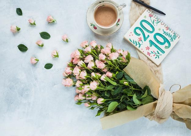 結婚式や見積もりの花飾り付きノートブックモックアップ