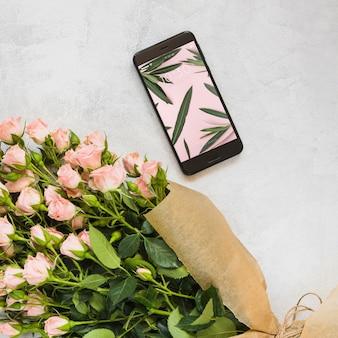 花の装飾とスマートフォンモックアップ