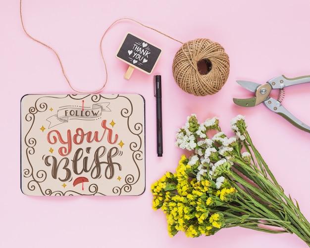 Макет ноутбука с цветочным декором для свадьбы или цитаты