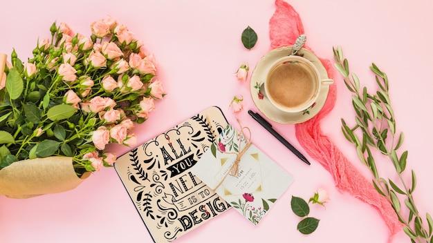 結婚式や見積もりのための花の装飾とカードの模造