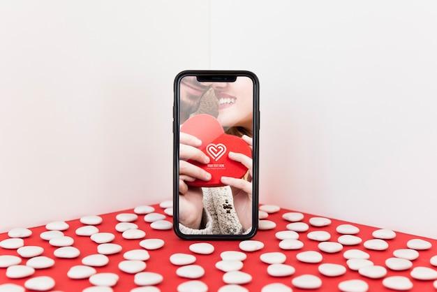 バレンタインコンセプトのスマートフォンモックアップ